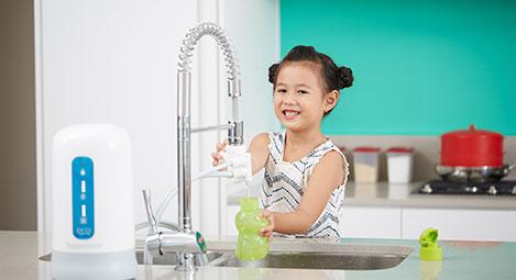 Trẻ em uống nước từ máy lọc nước Tupperware Nano